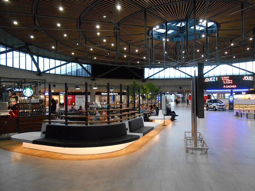 Зал ожидания в чистой зоне терминала 1 аэропорта Лион Сент-Экзюпери