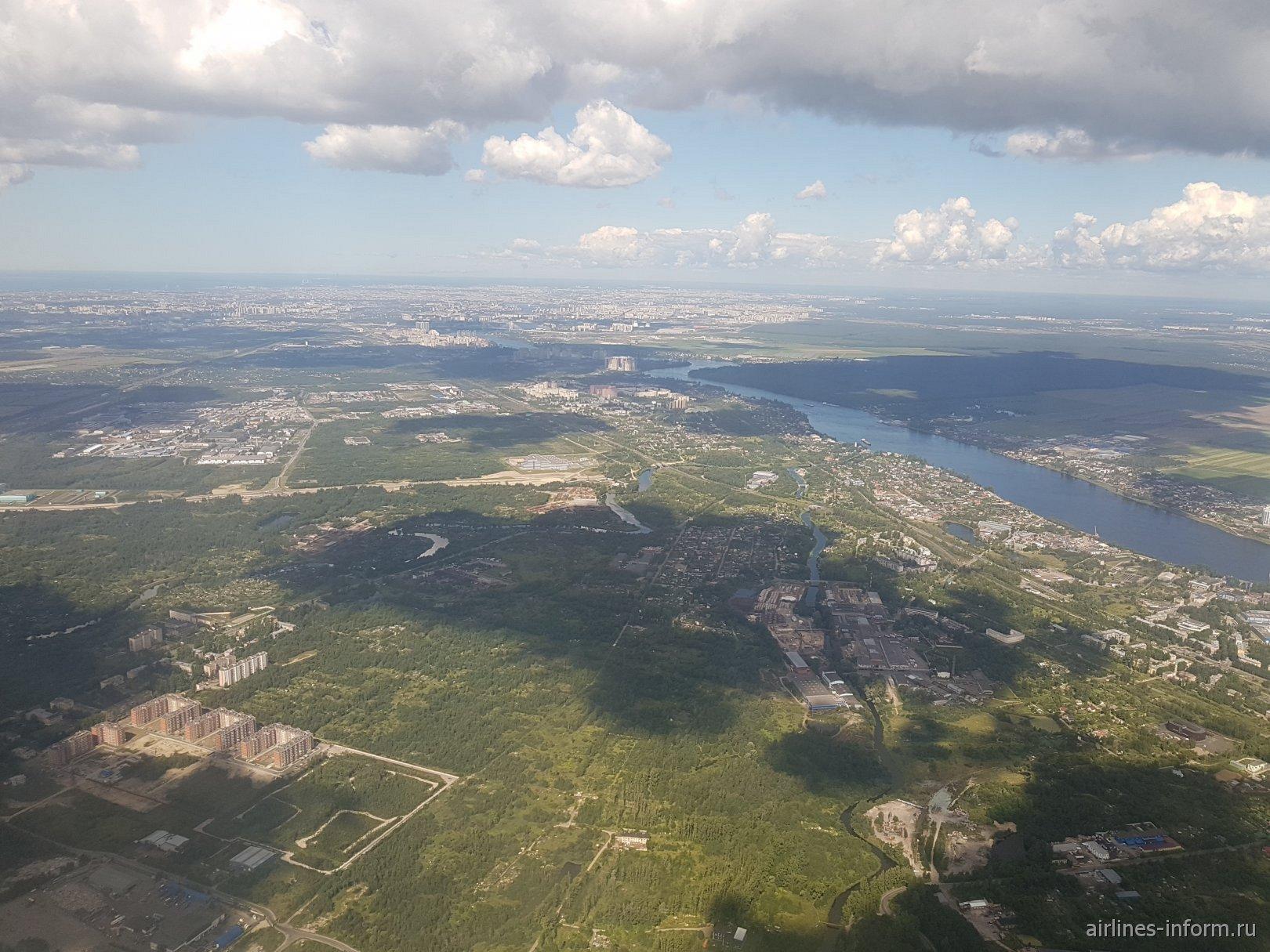 Вид из самолета на пригороды Санкт-Петербурга перед посадкой в аэропорту Пулково