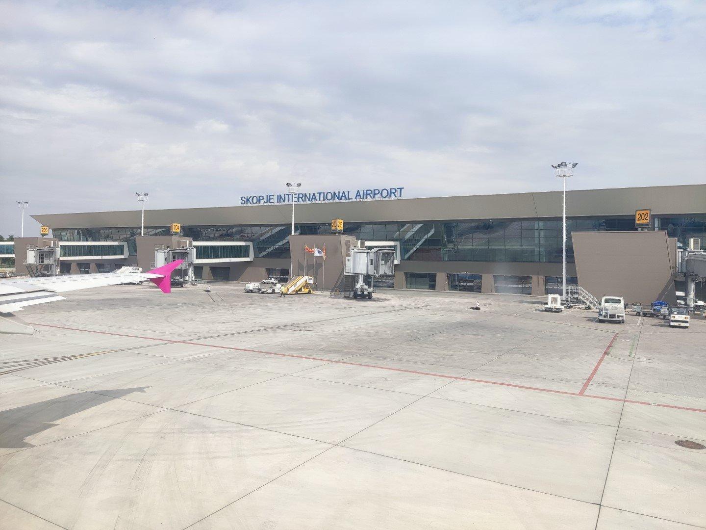 Вид с перрона на пассажирский терминал аэропорта Скопье