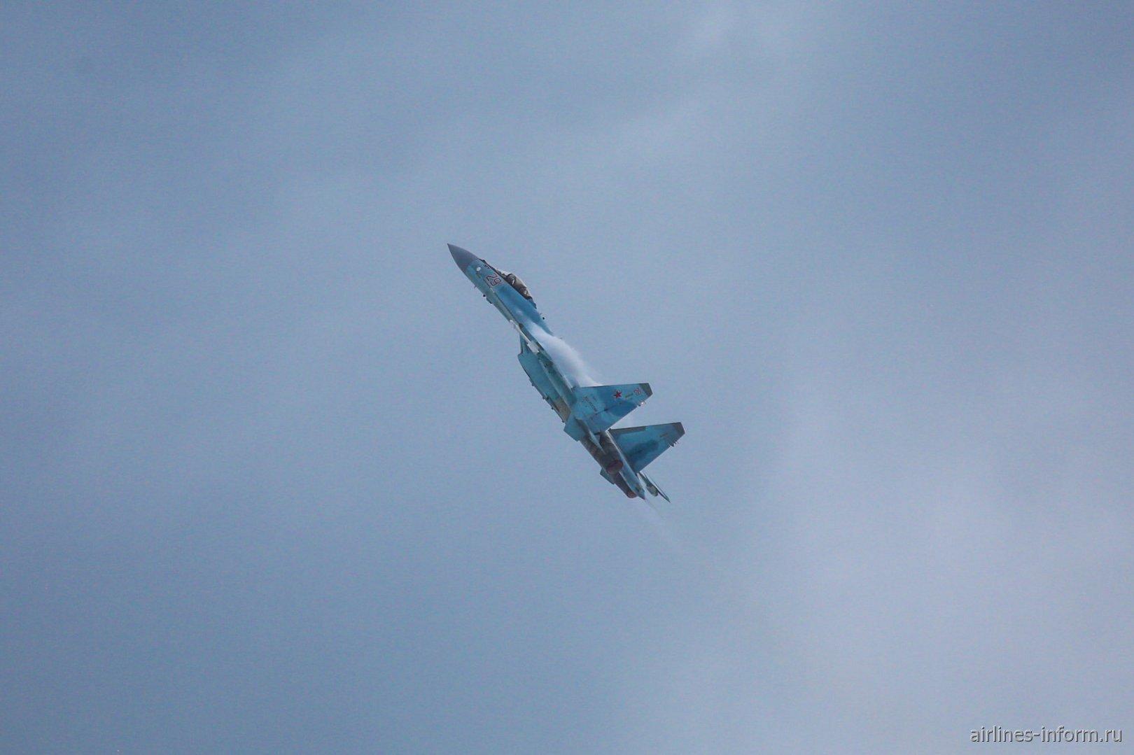 Су-35 в полете на авиасалоне МАКС-2017