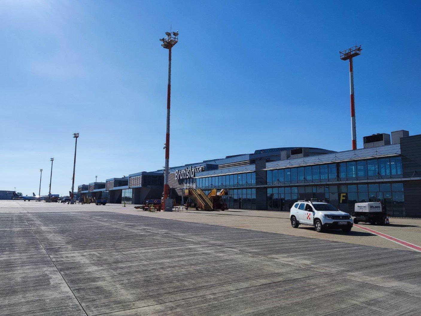 Вид с перрона на пассажирский терминал аэропорта Братислава