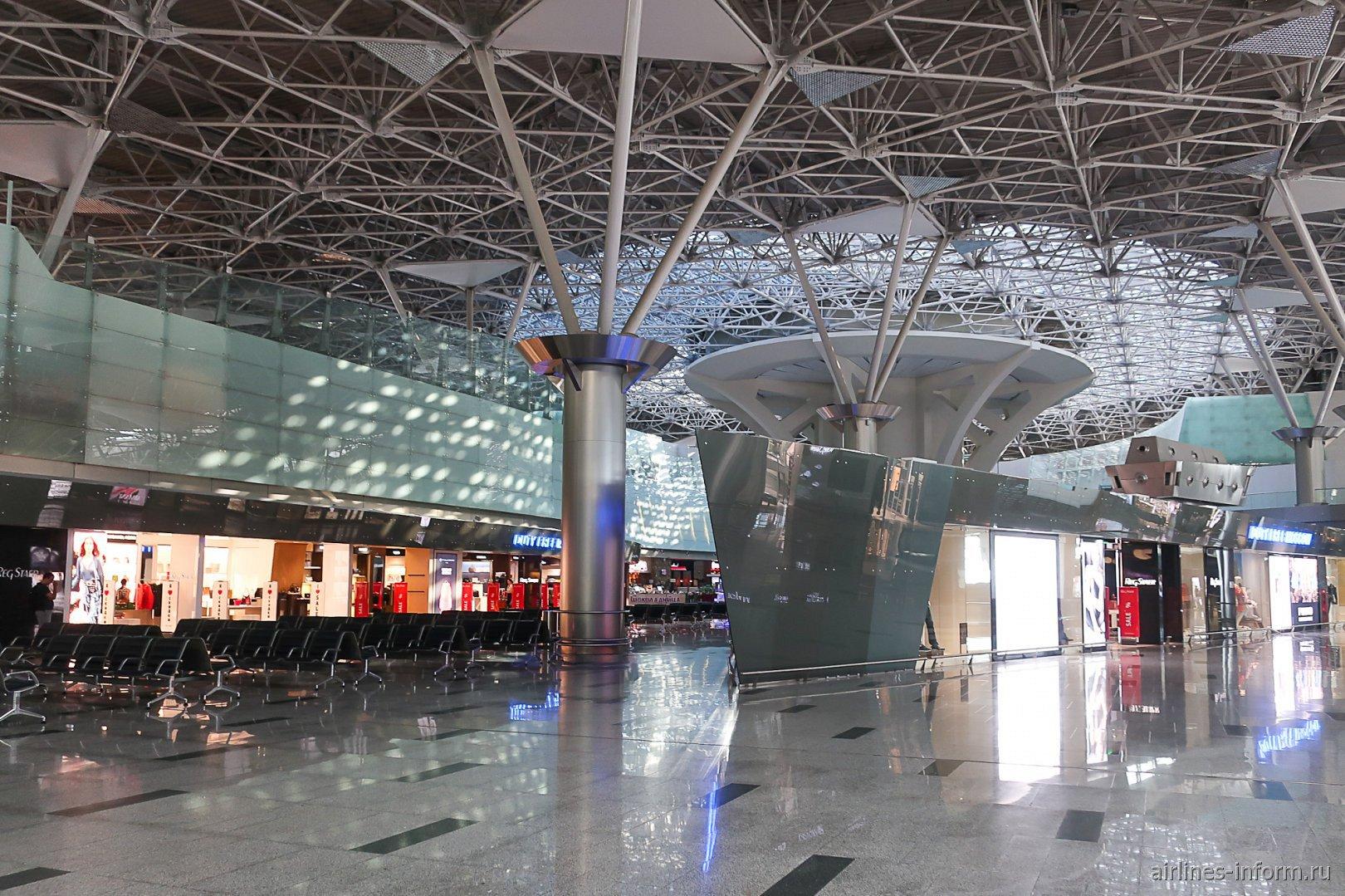 Магазины Duty-Free в чистой зоне международных вылетов терминала А аэропорта Внуково