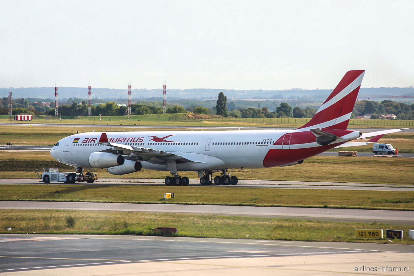 Самолет Airbus A340-300 3B-NAY авиакомпании Air Mauritius в аэропорту Париж Шарль-де-Голль