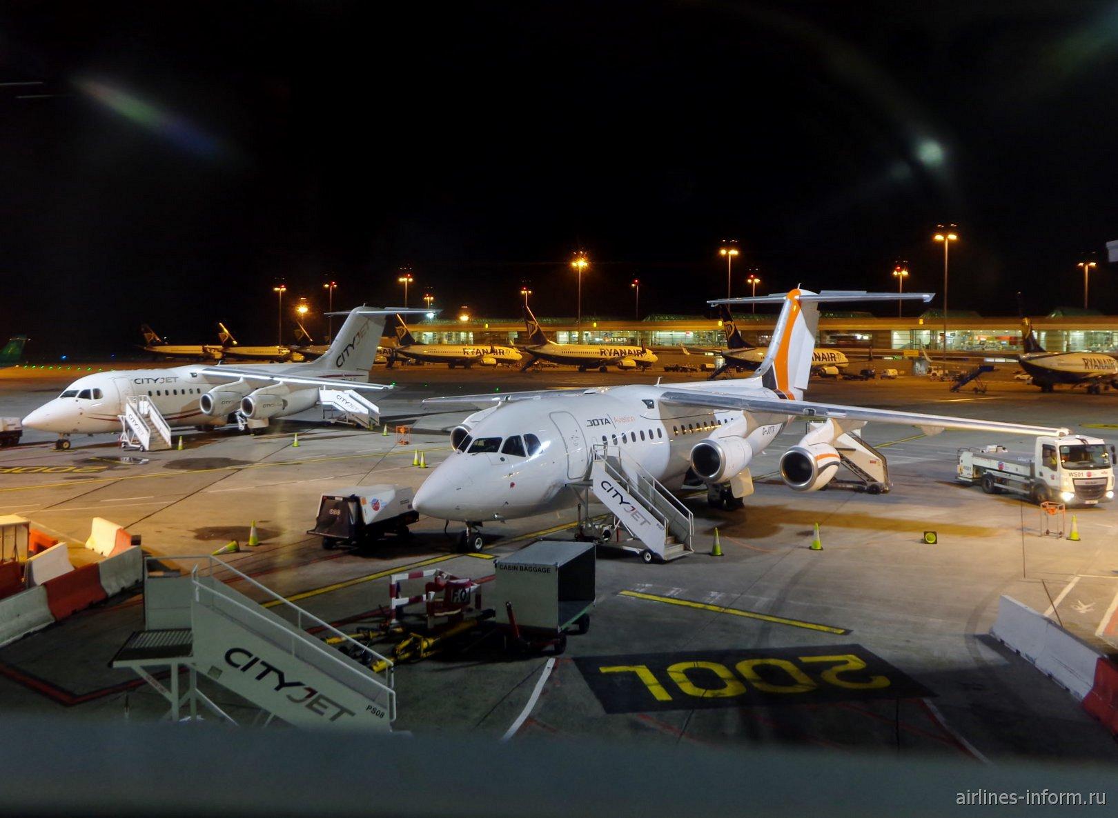 Самолеты на перроне у терминала 1 аэропорта Дублин