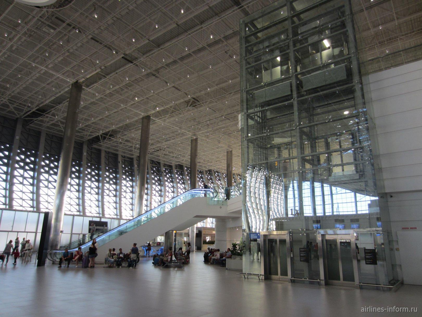 Лифты и эскалатор в новом пассажирском терминале аэропорта Симферополь