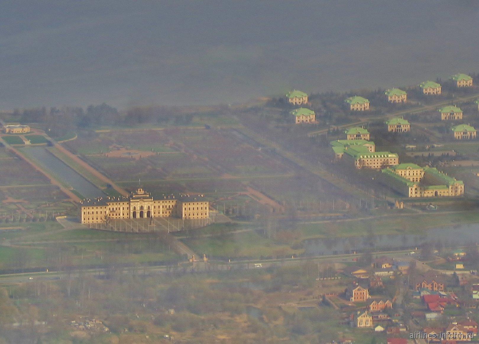 Вид на Константиновский дворец в Стрельне перед посадкой в аэропорту Пулково