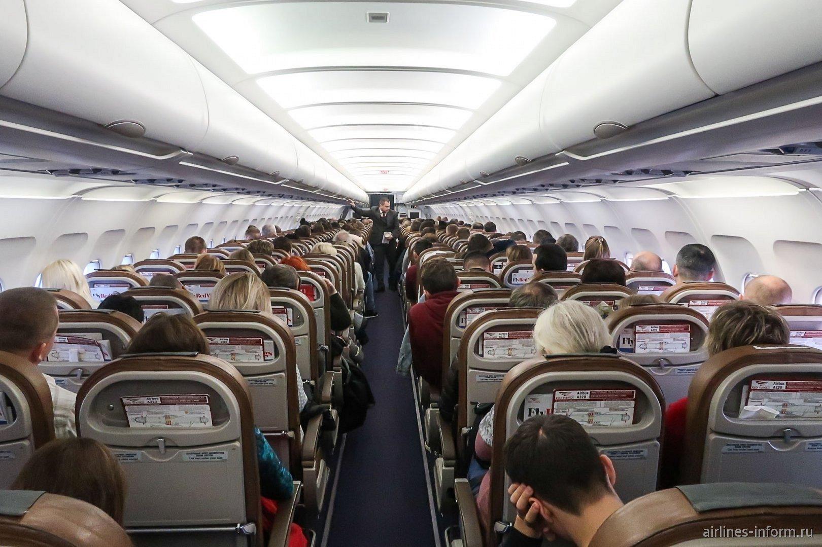 Пассажирский салон самолета Airbus A320 авиакомпании Red Wings