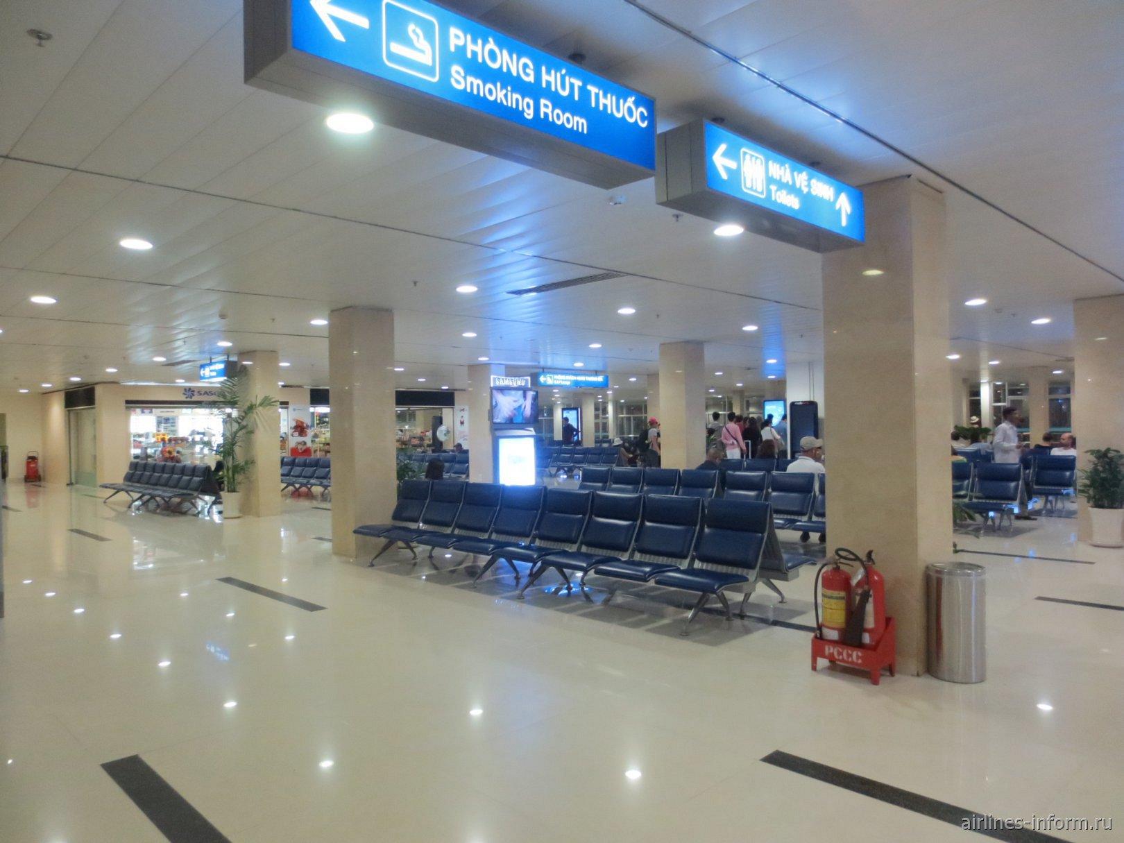 Зал ожидания в терминале внутренних линий аэропорта Хошимин Тан Сон Нхат