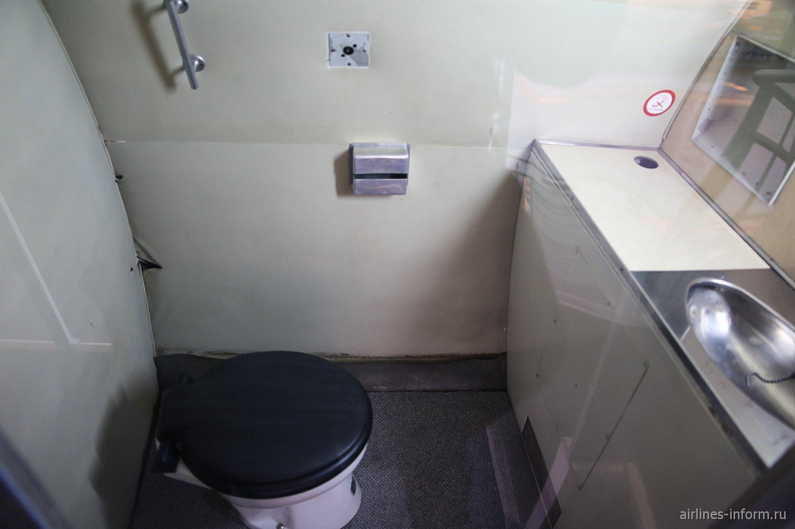 Туалет в самолете Виккерс Вискаунт в музее техники в Зинсхайме