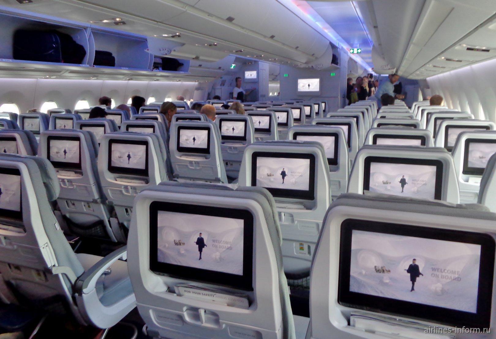 Пассажирский салон эконом-класса в самолете Airbus A350-900 авиакомпании Finnair