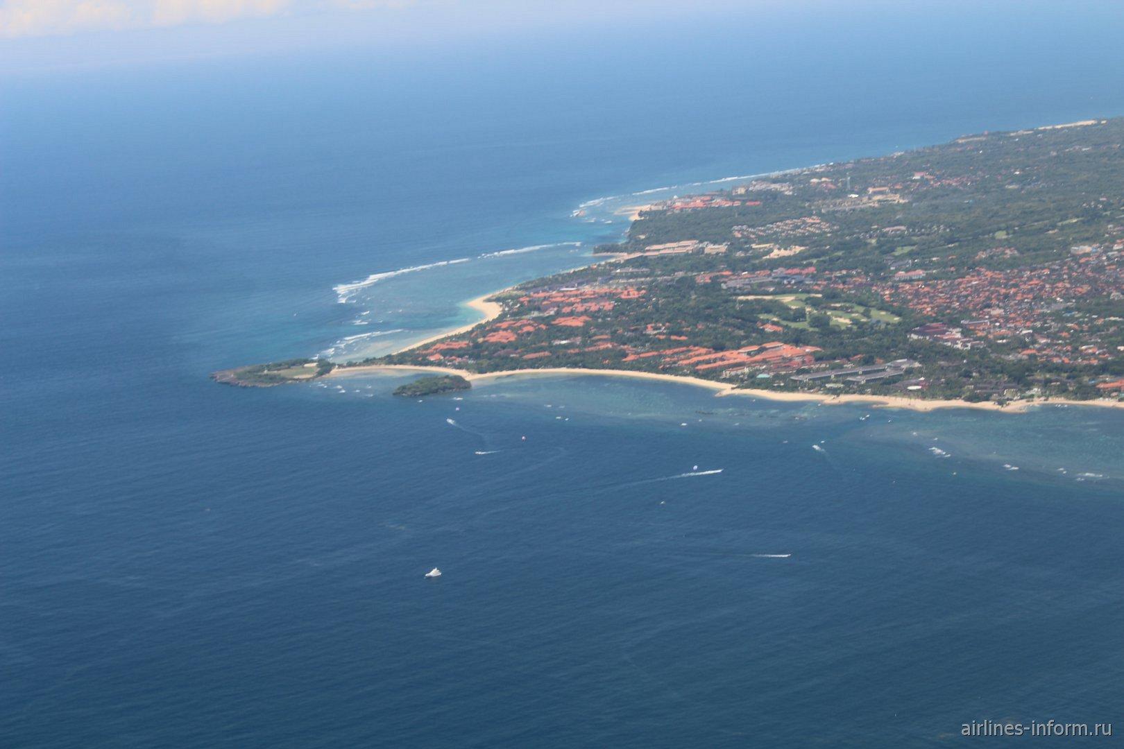 Вид на пляжи Бали при взлете из аэропорта Денпасар Нгура Рай