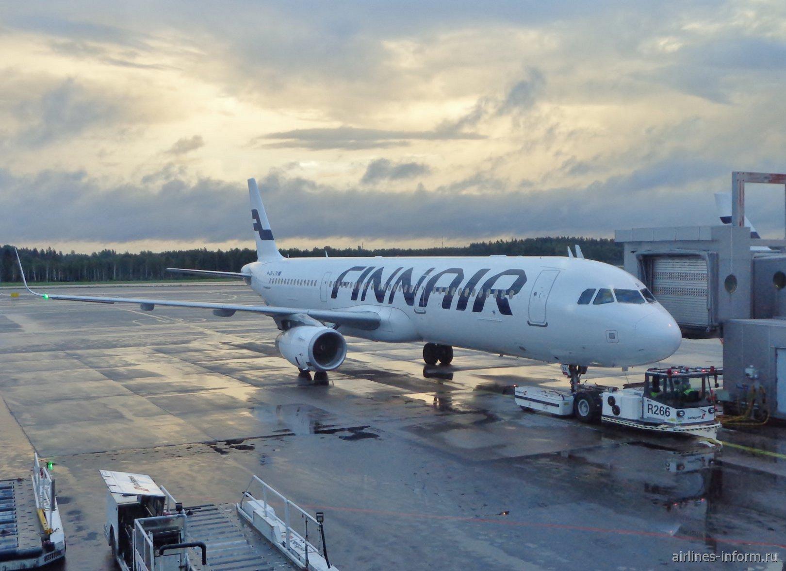 Самолет Airbus A321 авиакомпании Finnair в аэропорту Хельсинки Вантаа