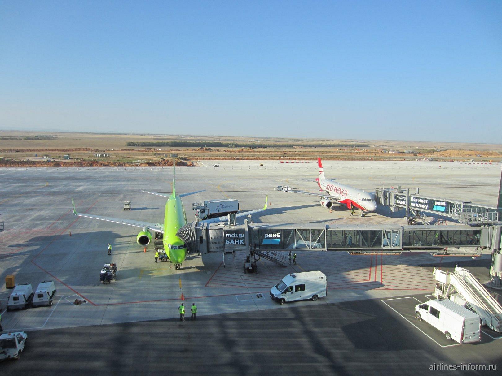 Вид на перрон аэропорта Симферополь