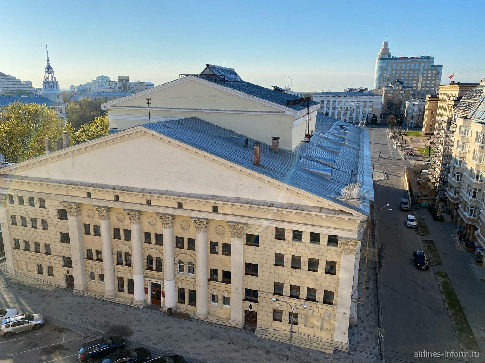 Вид из окна отеля на воронежский театр оперы и балета