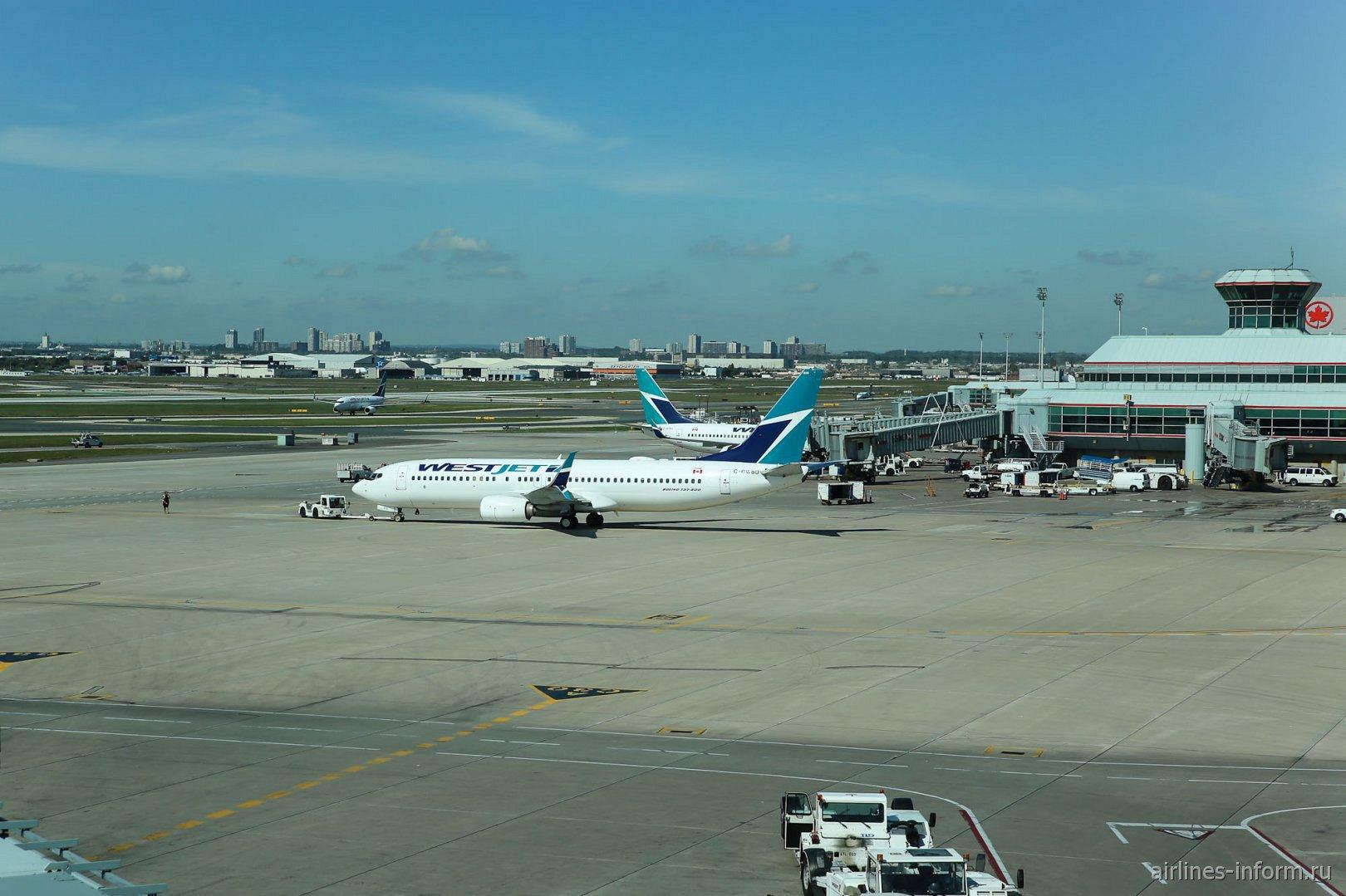 Летное поле у Терминала 3 аэропорта Торонто Пирсон