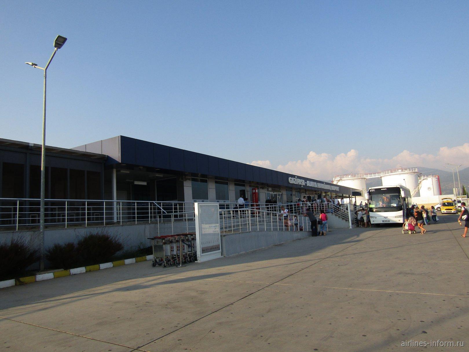 У входа в пассажирский терминал аэропорта Алания Газипаша