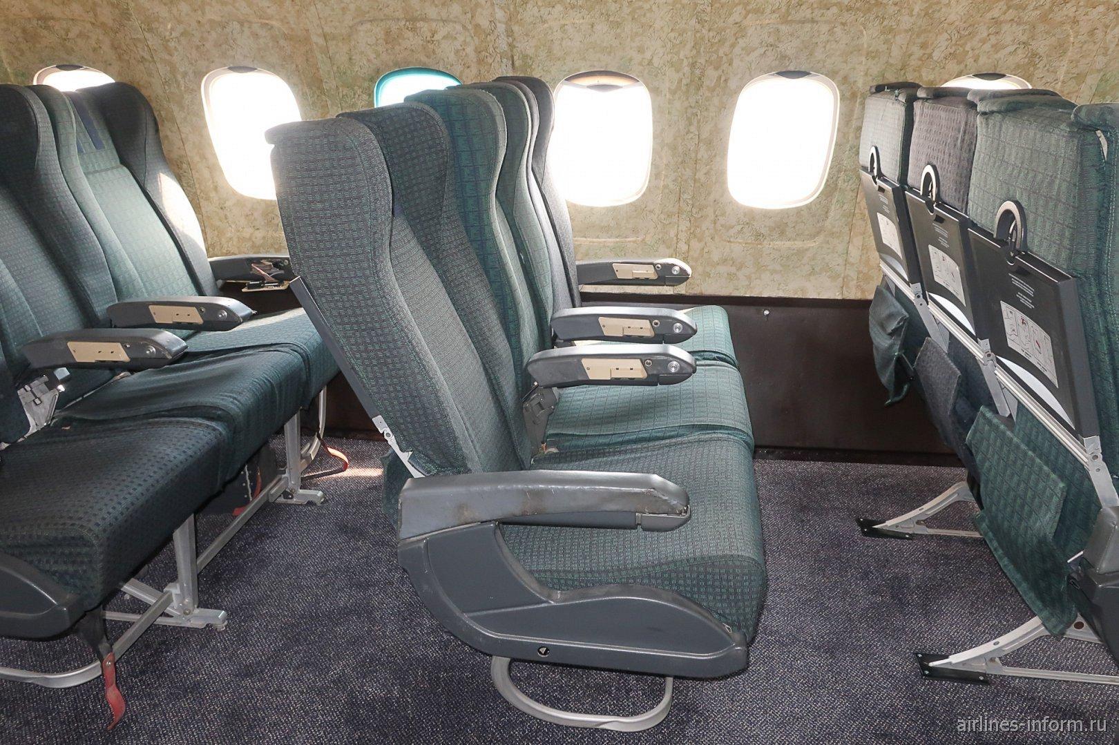 Пассажирские кресла в самолете Ту-154Б-2 болгарской авиакомпании