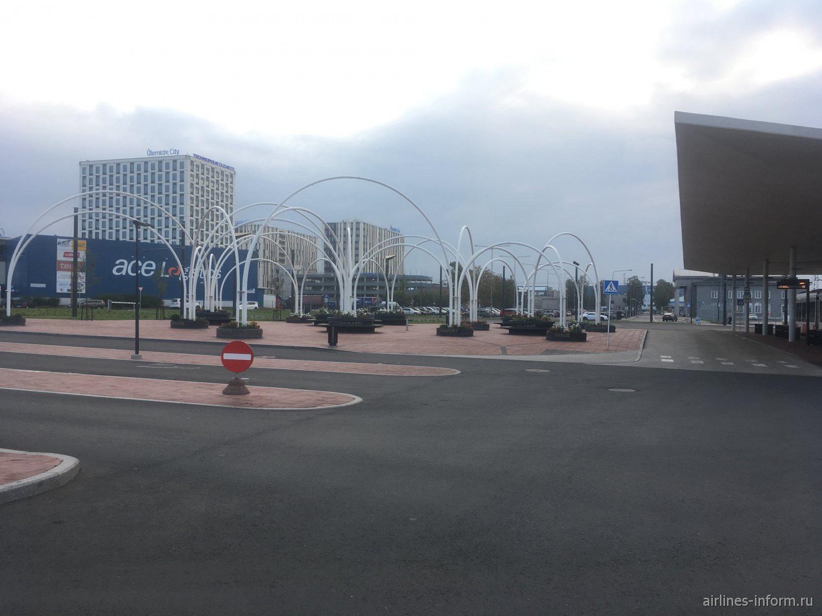 Привокзальная площадь и вид на бизнес сити в аэропорту Таллин