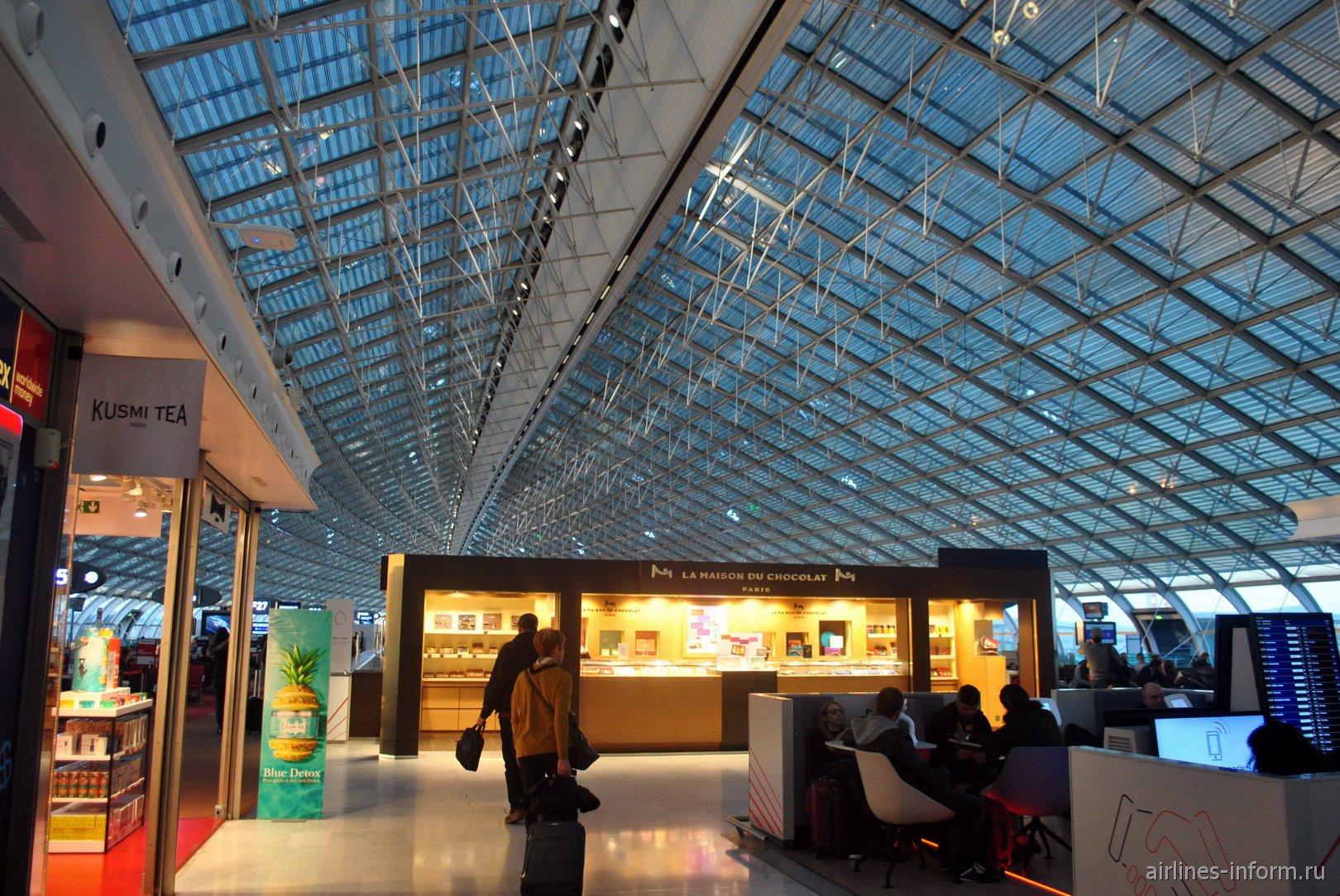 В конкорсе F терминала 2 аэропорта Париж Шарль-де-Голль