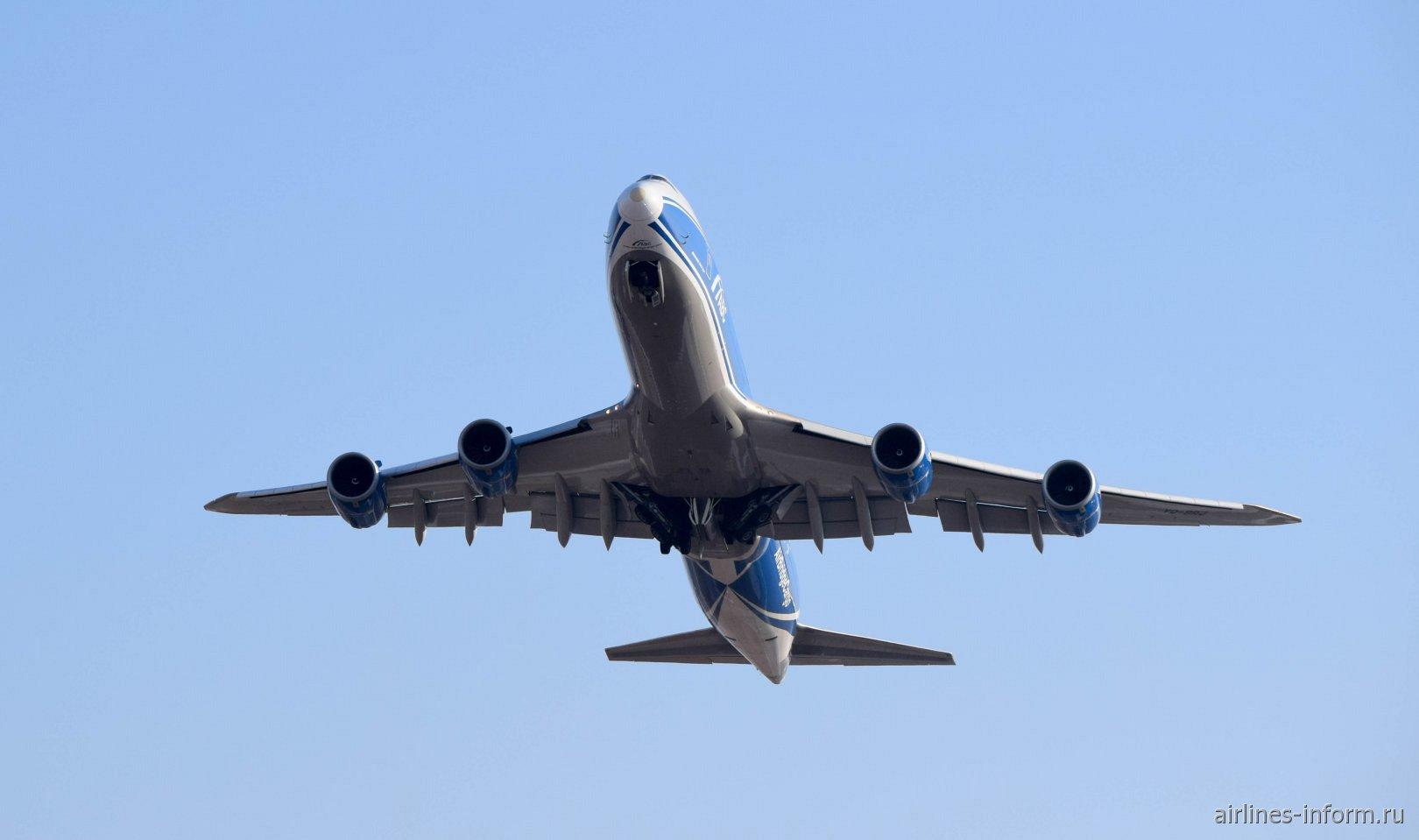 Взлет самолета Boeing 747-8HVF авиакомпании AirBridgeCargo, бортовой номер VQ-BRJ