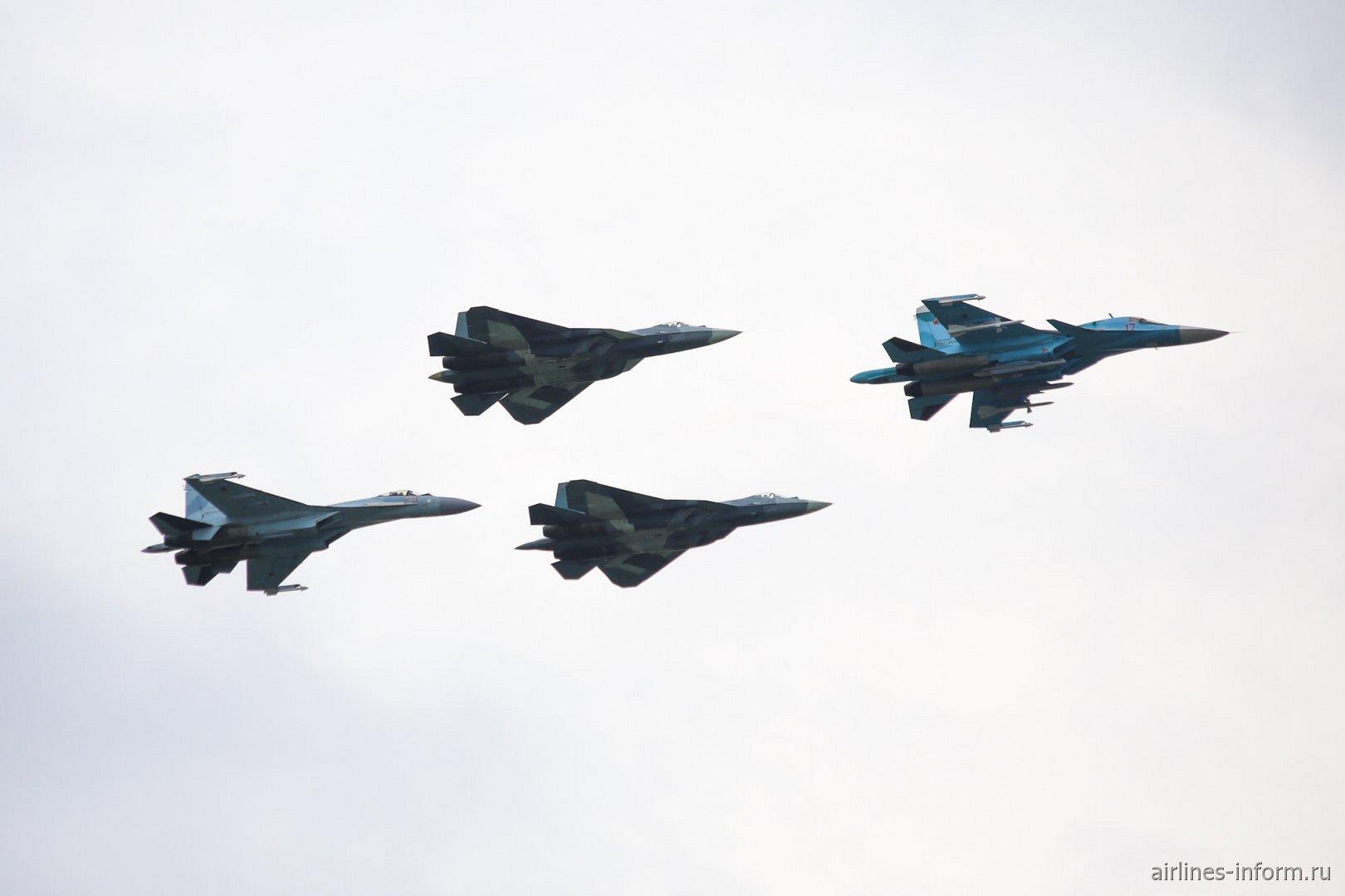 Современные российские истребители в полете на авиасалоне МАКС-2017