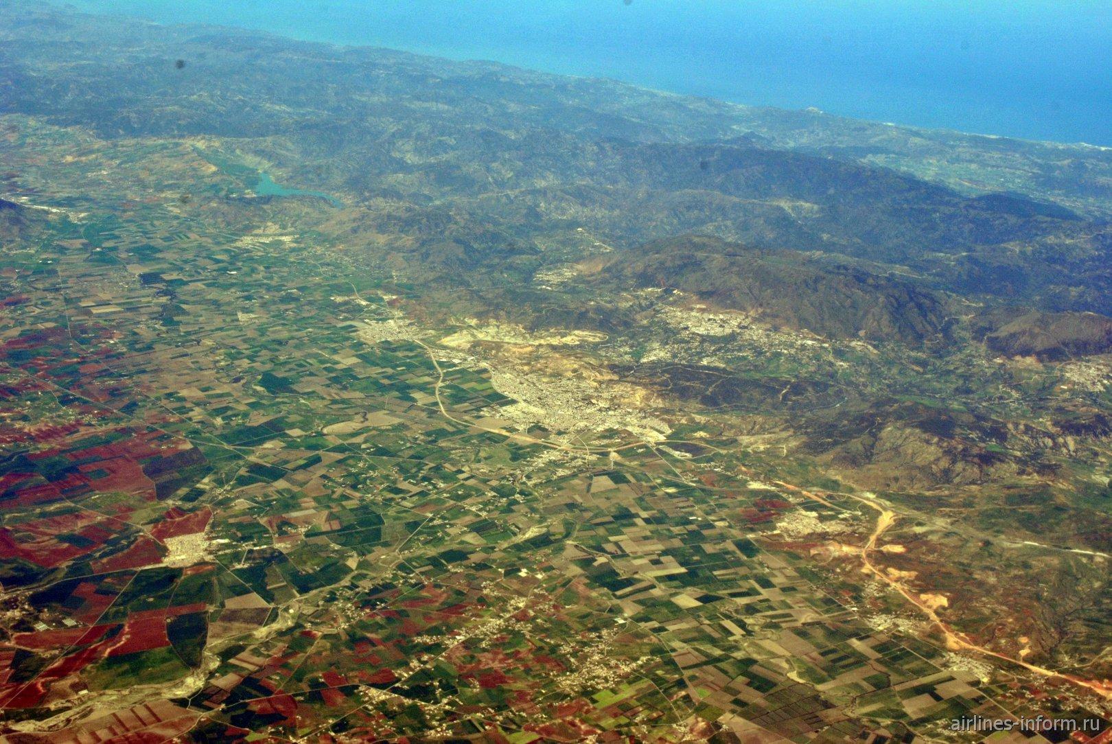 В полете над городом Кхеми Мильяна в Алжире
