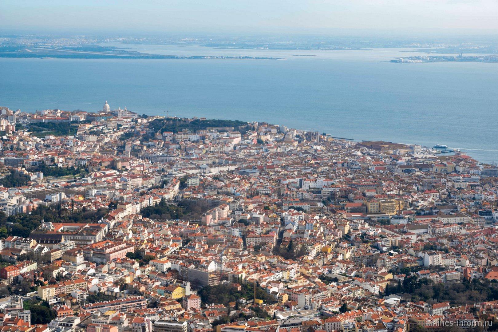 Вид из самолета на центр Лиссабона
