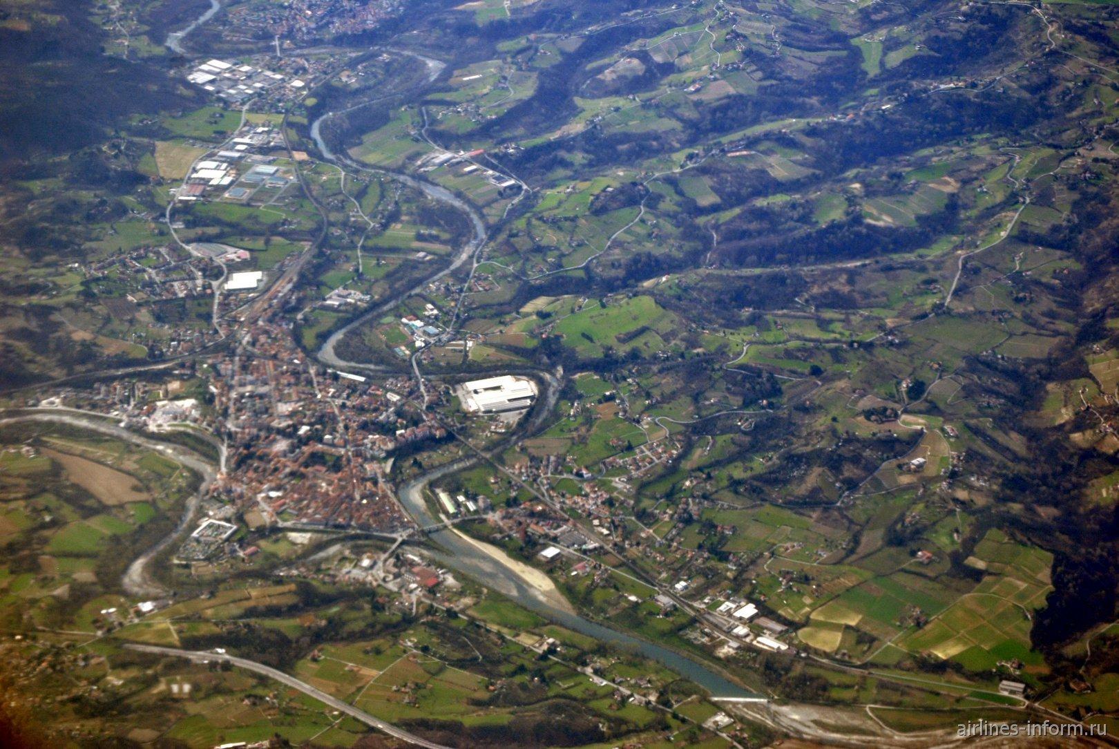 Городок Ovada на реке Torrente Orba на севере Италии