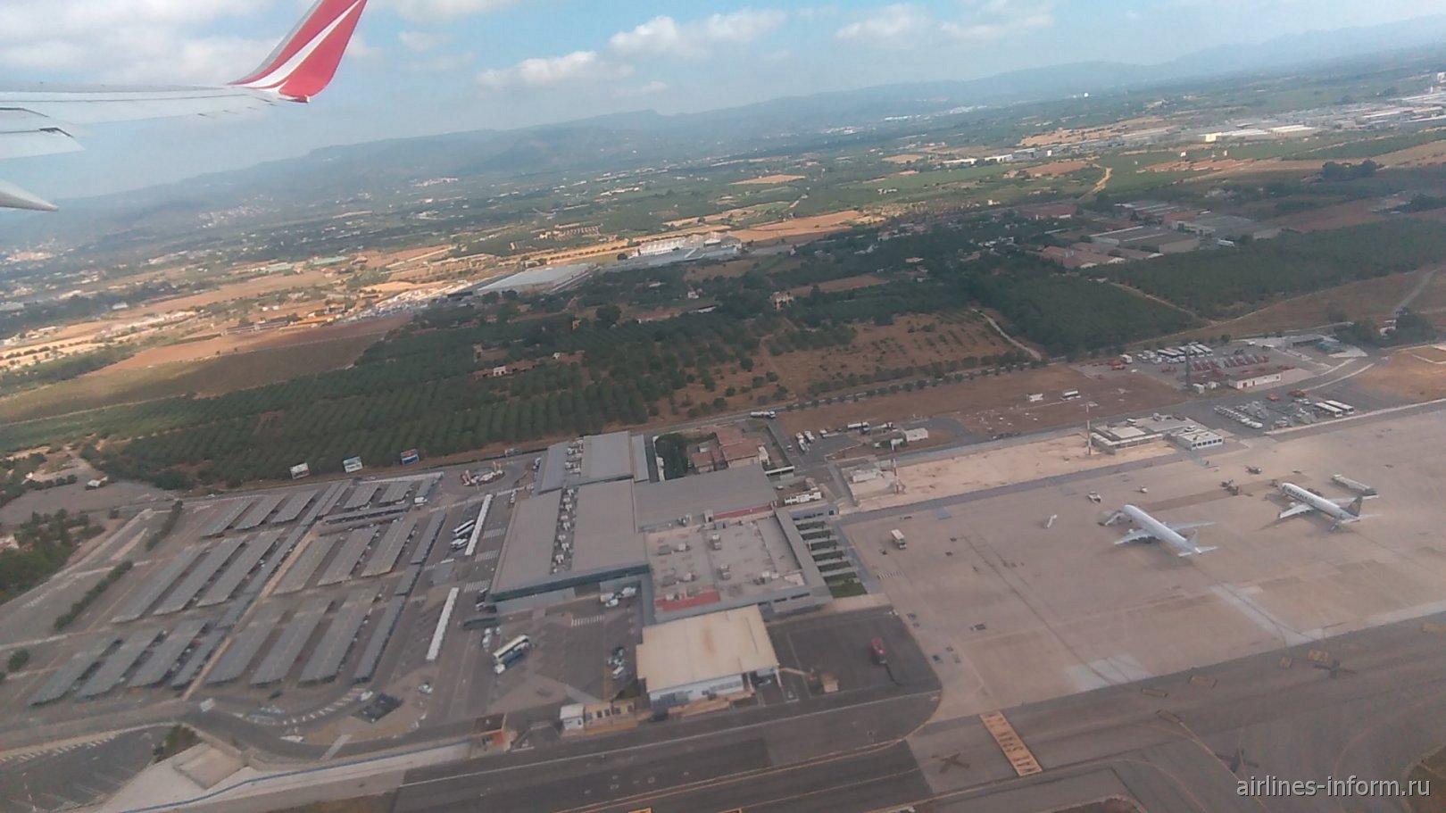 Пассажирский терминал, привокзальная площадь и перрон аэропорта Реус