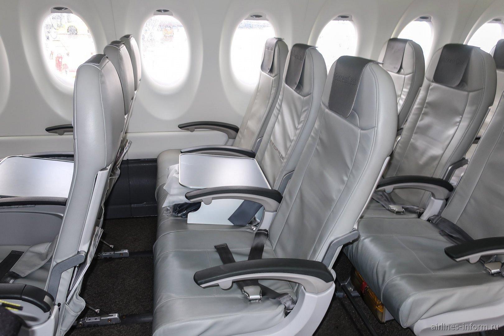 Кресла пассажиров бизнес-класса в самолете Airbus A220-300 авиакомпании airBaltic