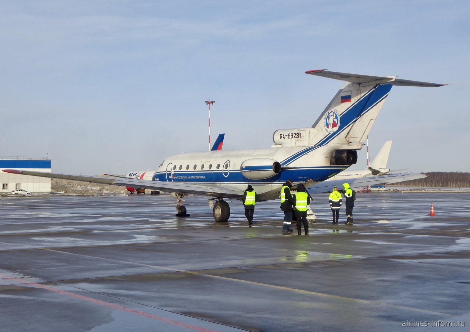 Самолет Як-40 Вологодского авиапредприятия в аэропорту Пулково