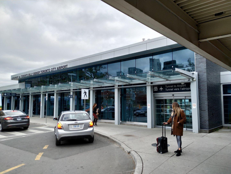 У входа в аэропорт Торонто Сити Билли Бишоп
