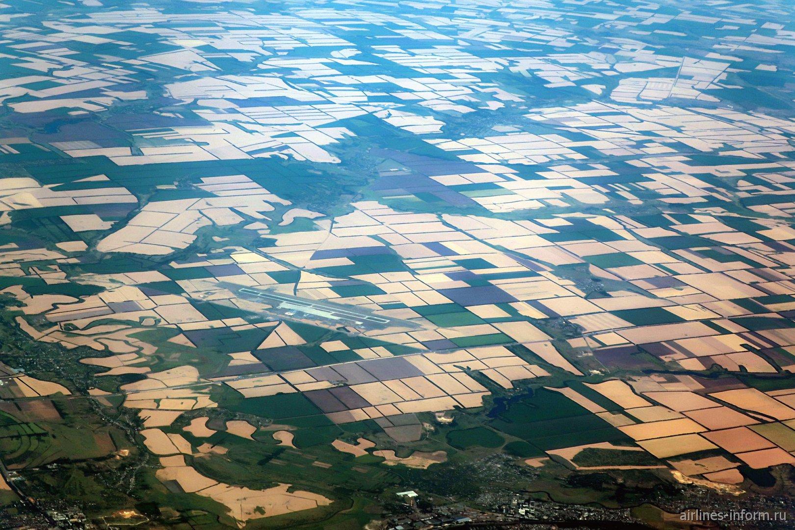 Вид из иллюминатора самолета на аэропорта Платов города Ростов-на-Дону
