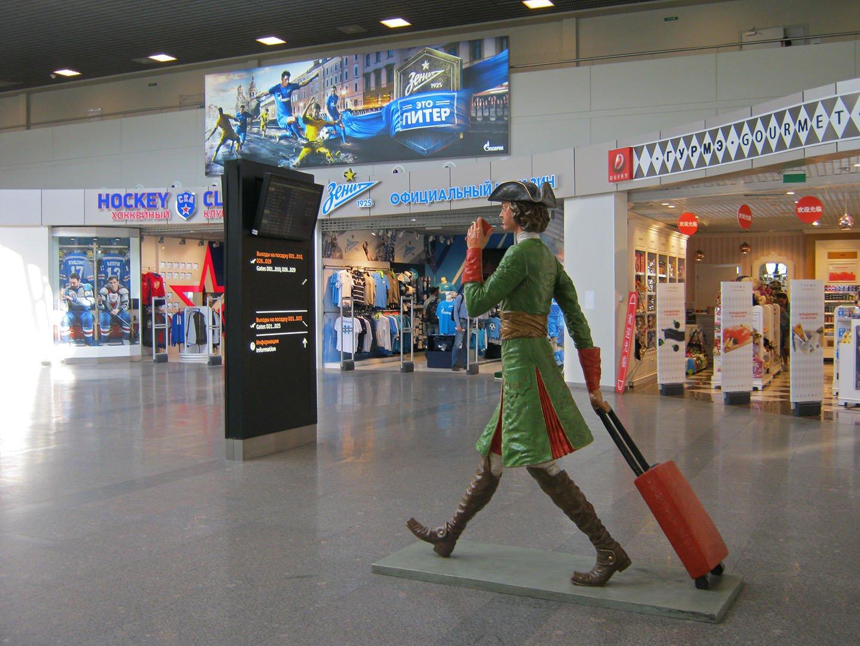 Скульптура Петра Первого в аэропорту Пулково