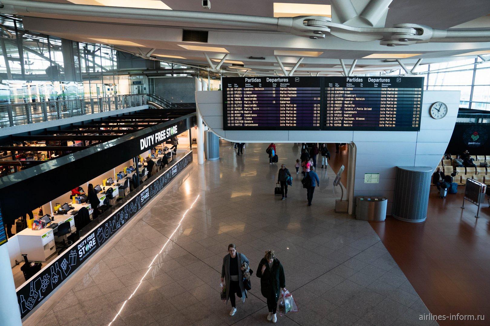 Табло вылетов в чистой зоне аэропорта Порту Франсишку са Карнейру