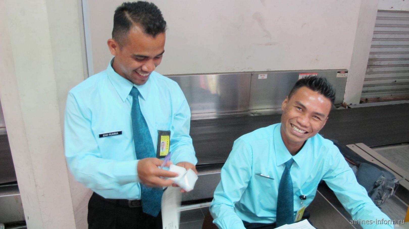 Сотрудники на стойке регистрации аэропорта Паттимура