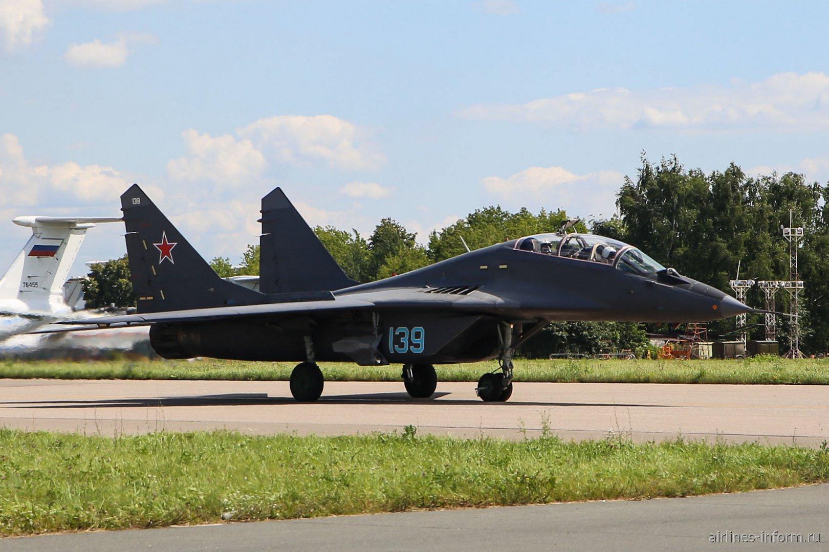 Самолет МиГ-29УБ на аэродроме Жуковский