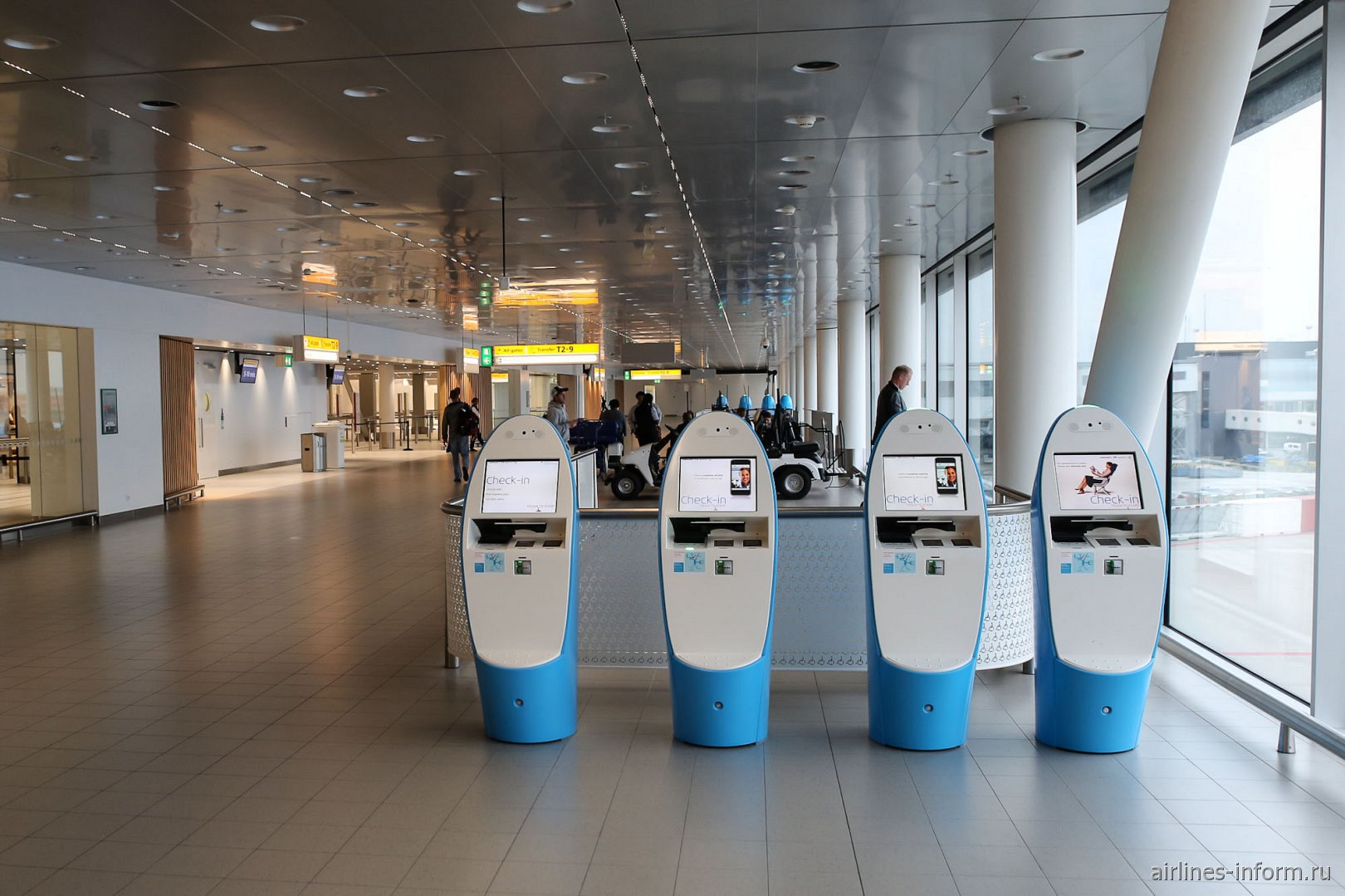 Автоматы для печати посадочных талонов в аэропорту Амстердам Схипхол