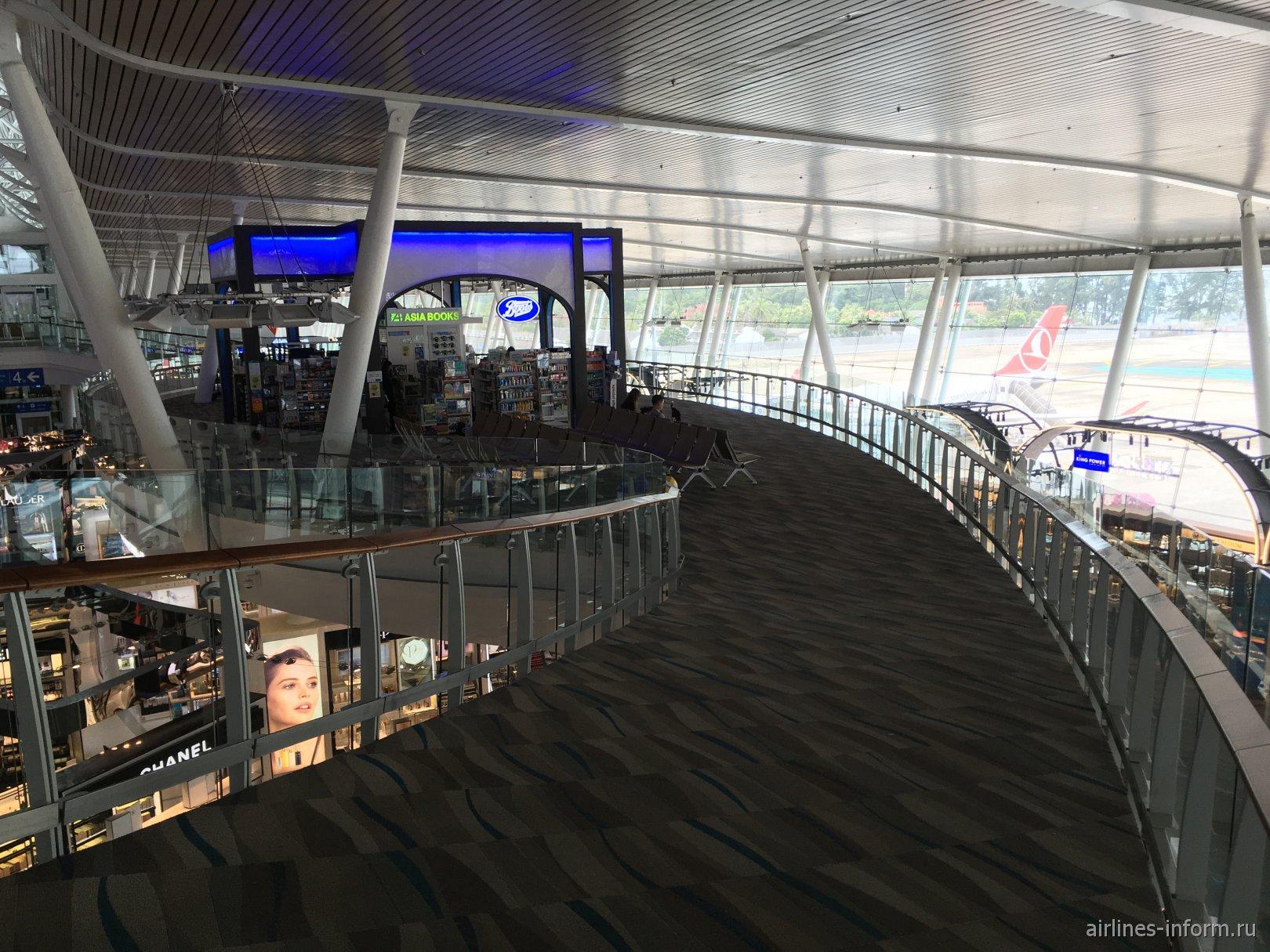Подвесной мостик с магазином в аэропорту Пхукет