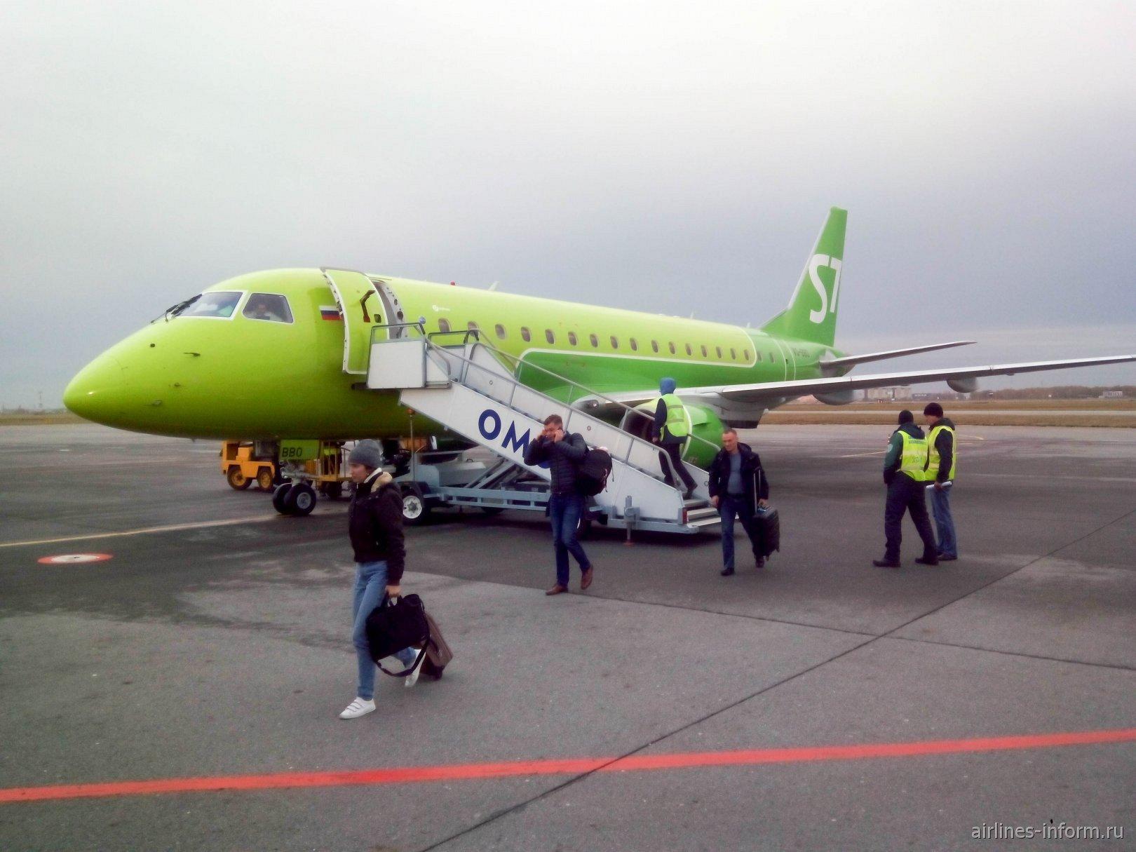Embraer 170 авиакомпании S7 Airlines в аэропорту Омска