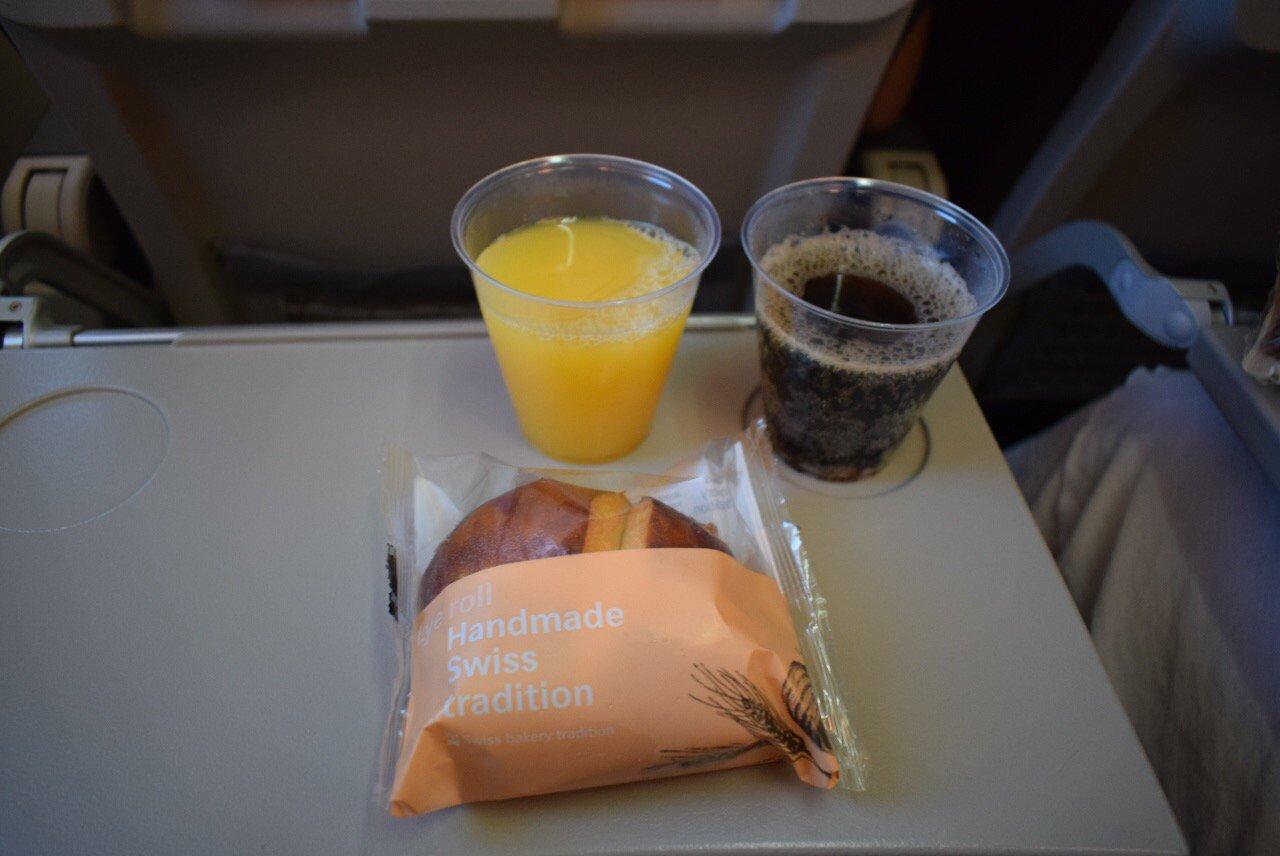 Швейцарская булка с маслом - бортпитание на рейсе SWISS Цюрих-Ницца