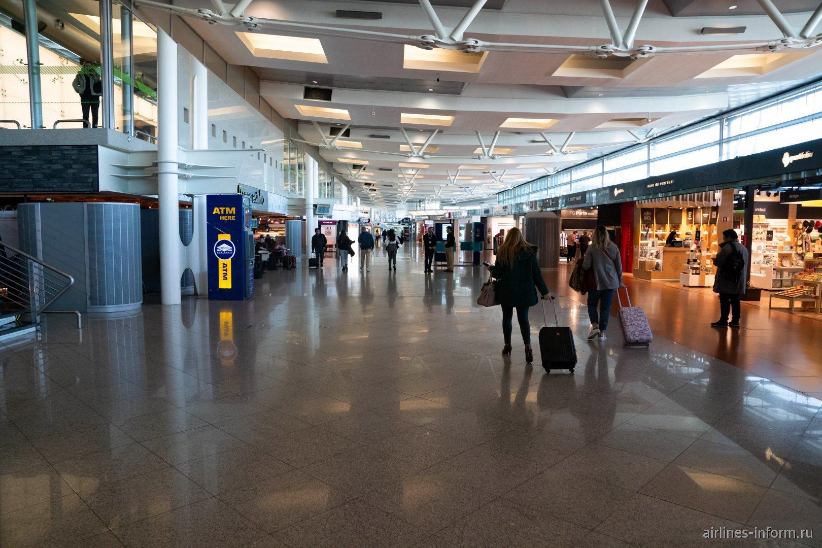 Торговая галерея в чистой зоне аэропорта Порту им. Франсишку Карнейру