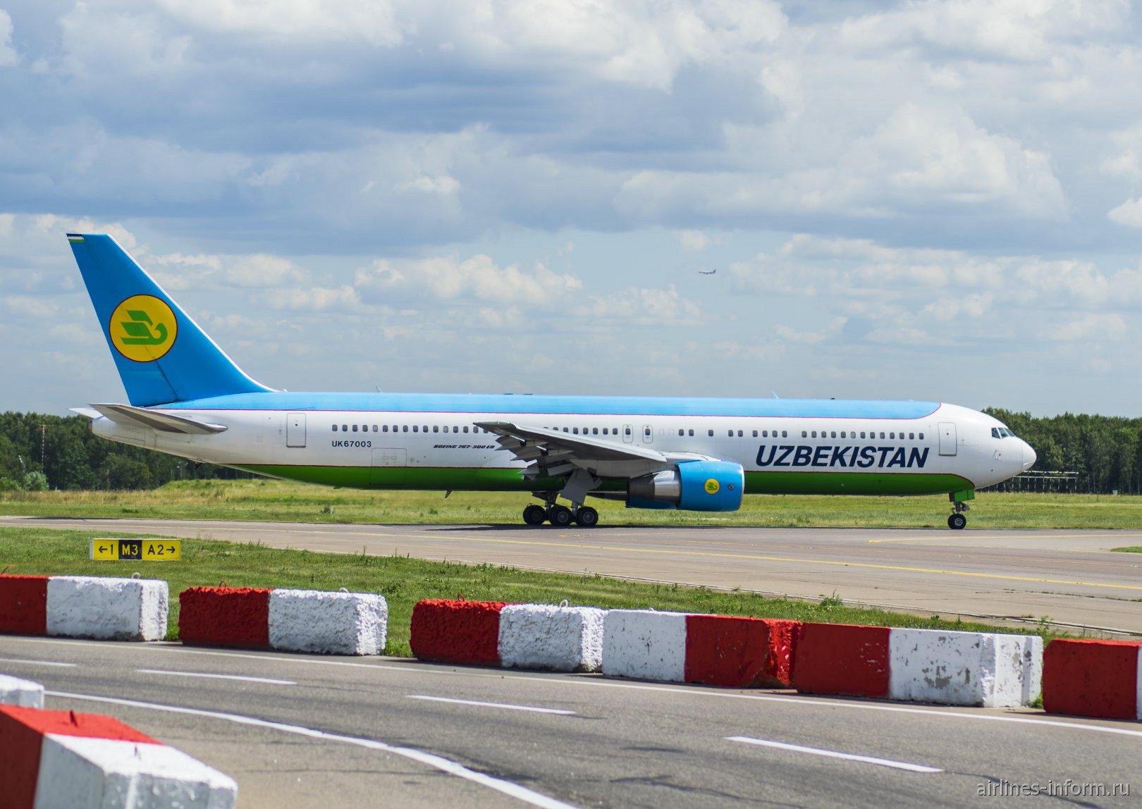 Боинг-767-300 UK67003 Узбекских авиалиний в аэропорту Внуково
