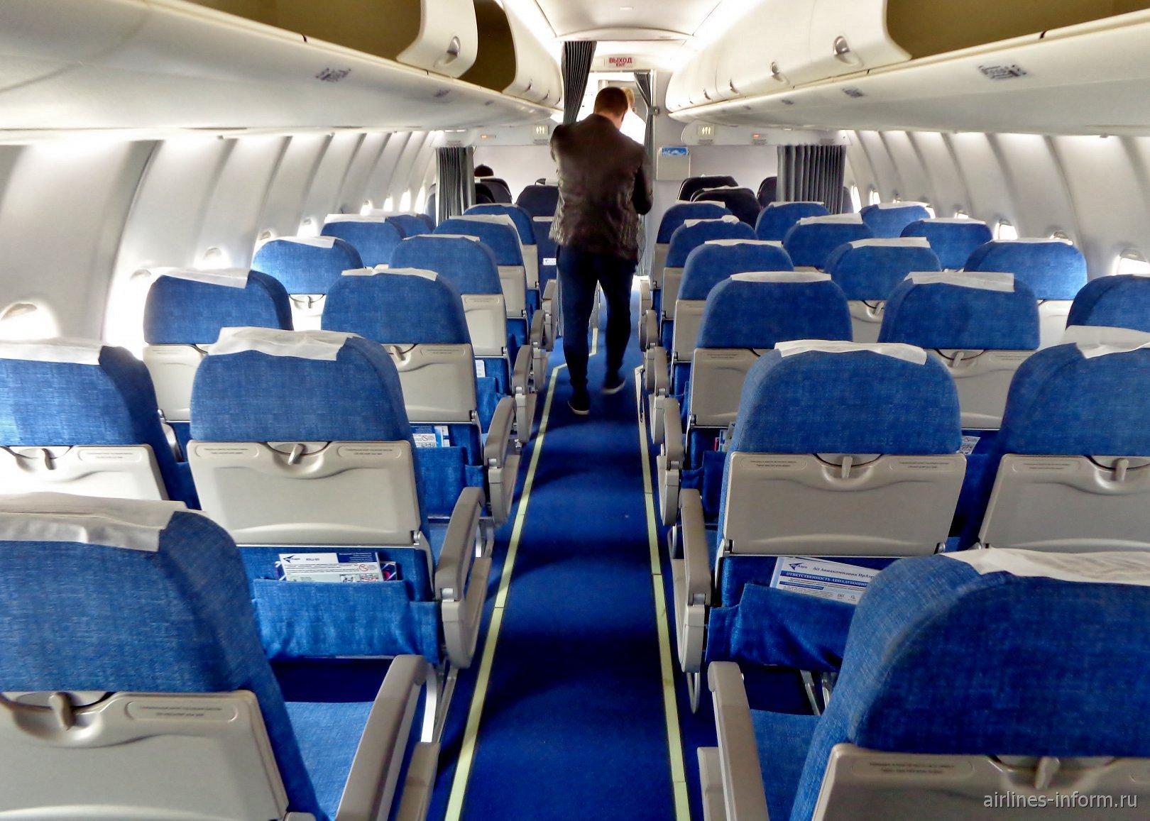 Пассажирский салон самолета Сухой Суперджет-100 авиакомпании