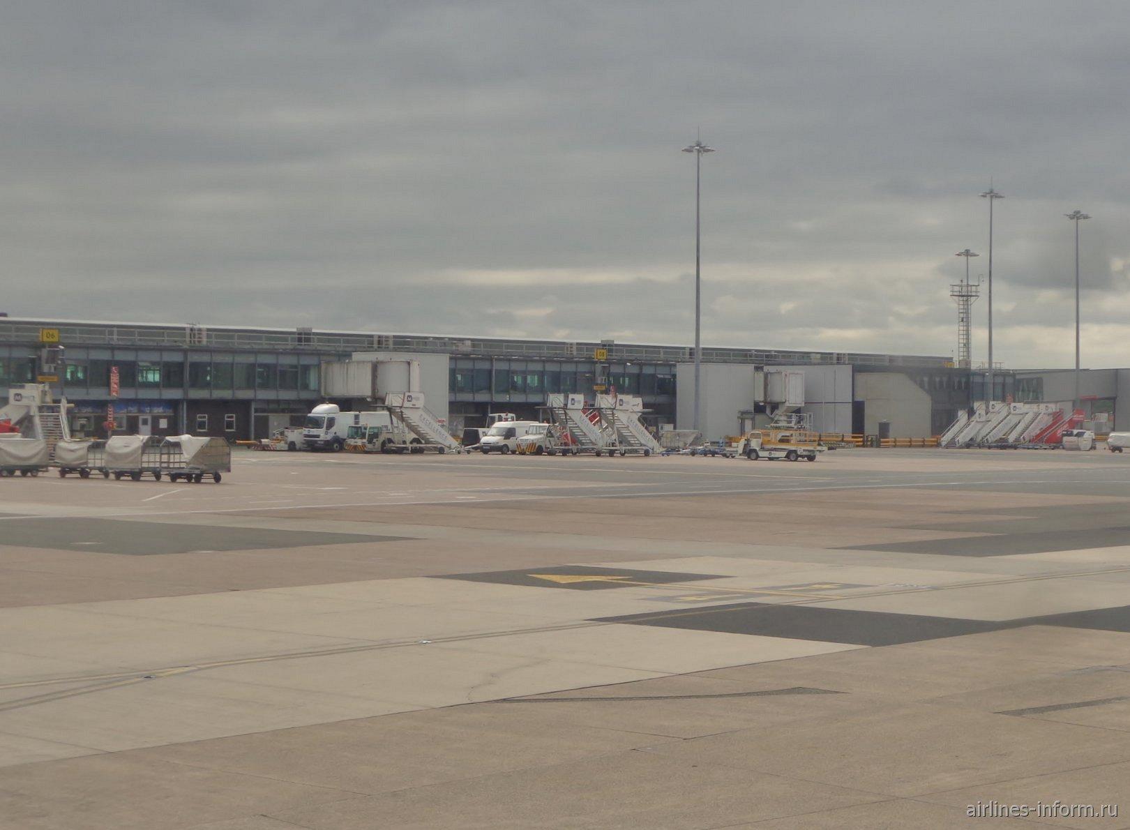 Вид с перрона на пассажирский терминал 1 аэропорта Манчестер