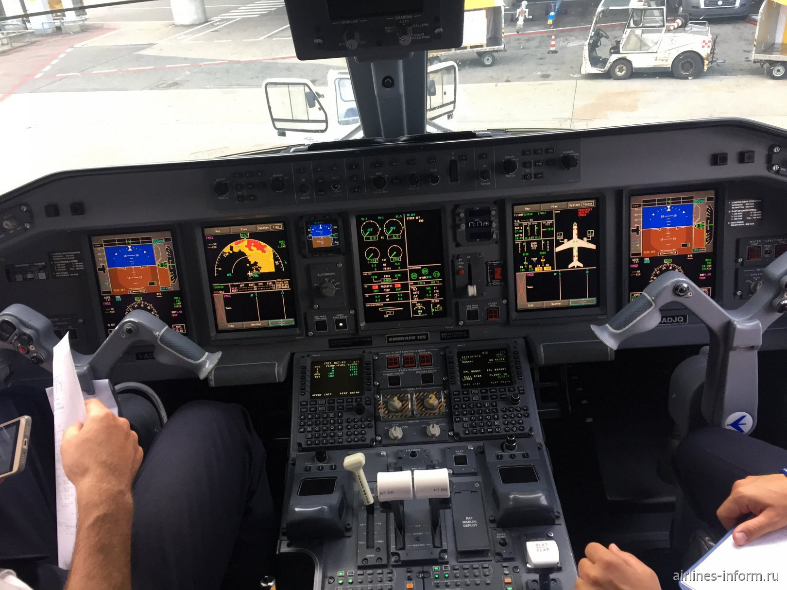 Приборная панель в самолете Embraer 195