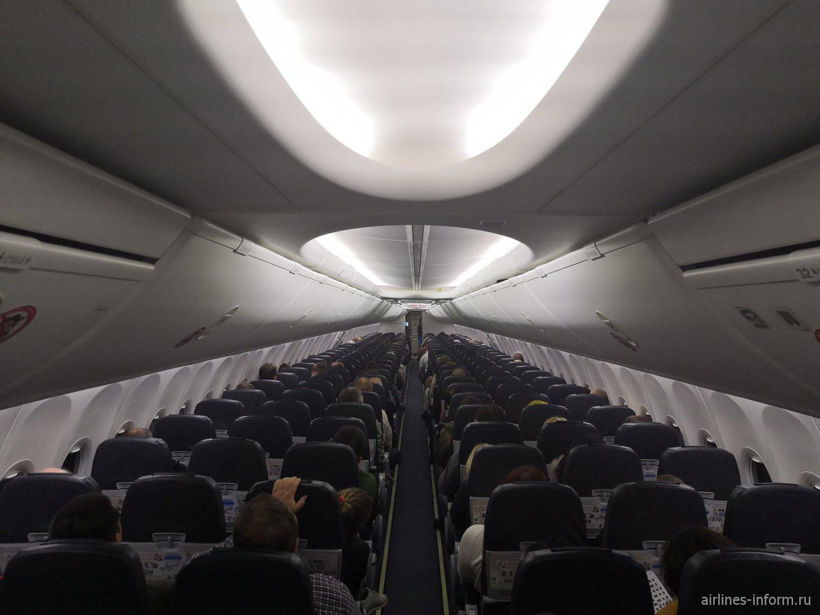Пассажирский салон самолета Боинг-737-800 авиакомпании