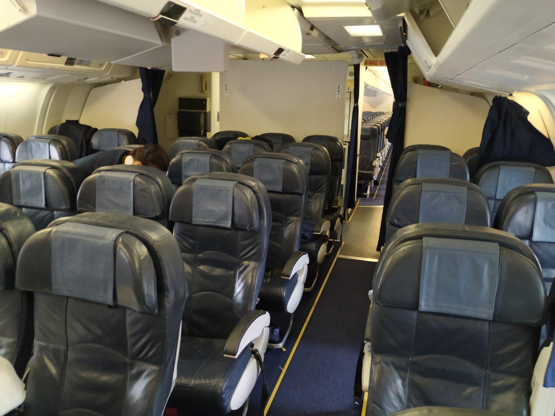 Пассажирский салон премиум-эконом в Боинге-767-300 Международных авиалиний Украины