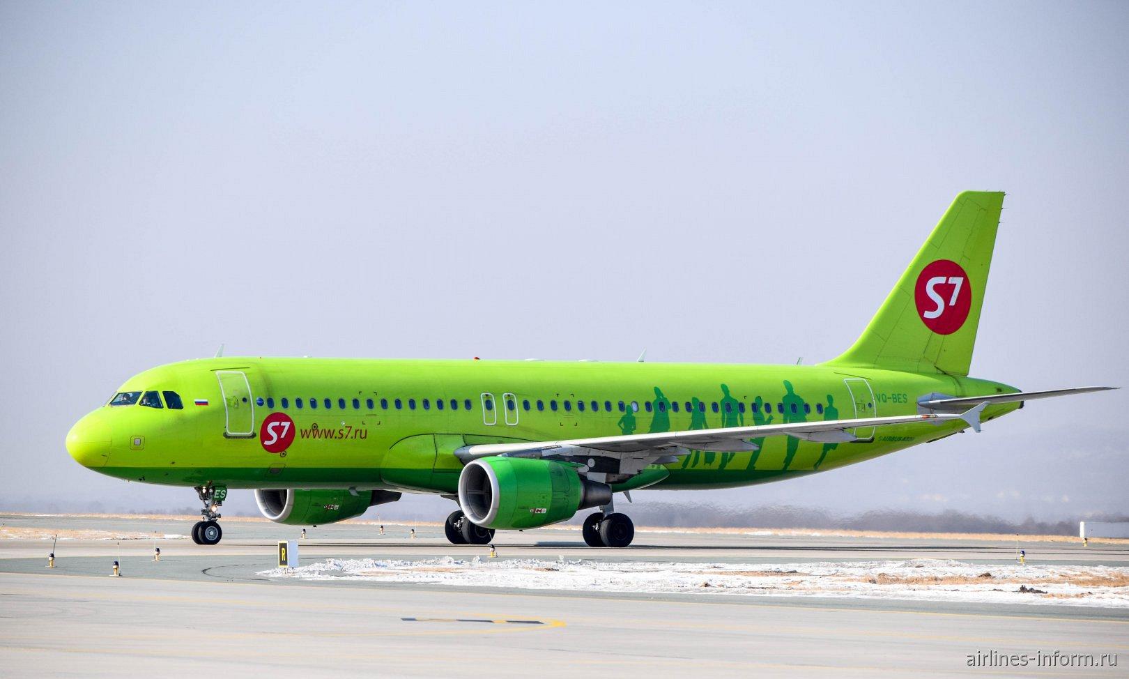 Самолет Airbus A320 VQ-BES авиакомпании S7 Airlines в аэропорту Владивостока