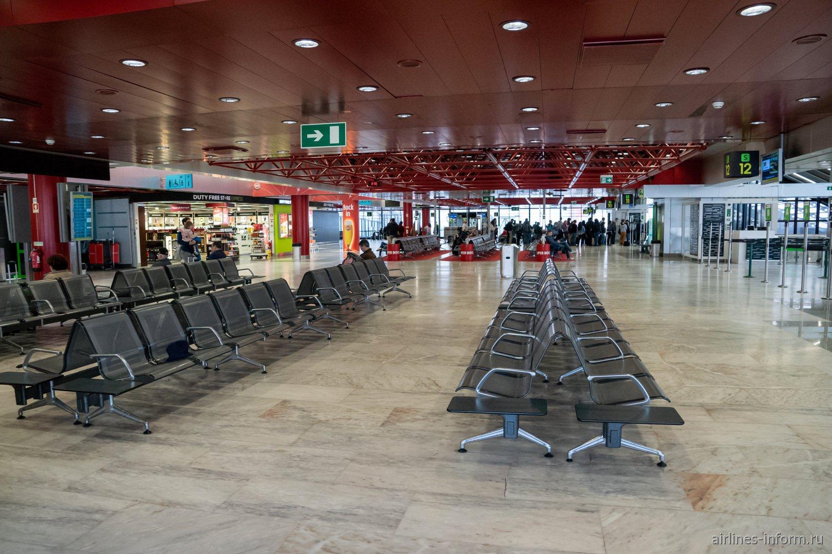 В чистой зоне терминала 1 аэропорта Лиссабон им. Умберту Делгаду